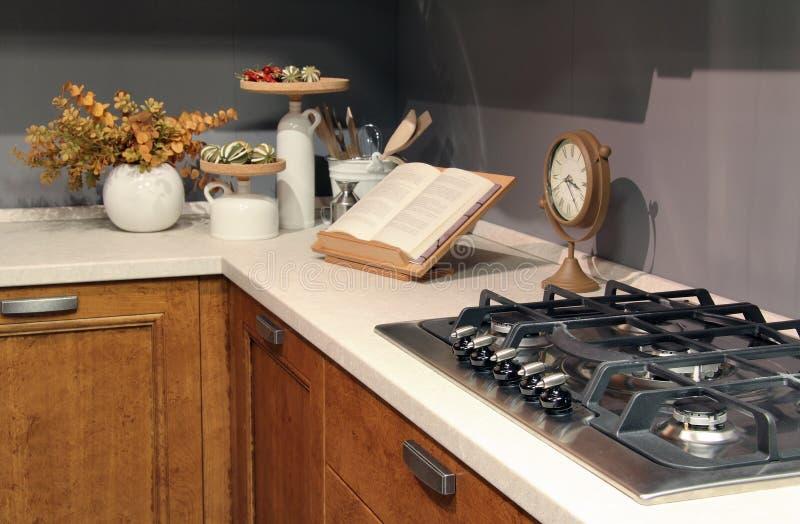 Dettaglio dei bruciatori inossidabili in una cucina elegante del paese fotografia stock libera da diritti