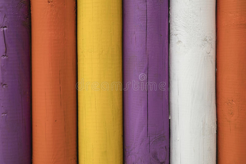 Dettaglio dei pali di legno variopinti fotografia stock