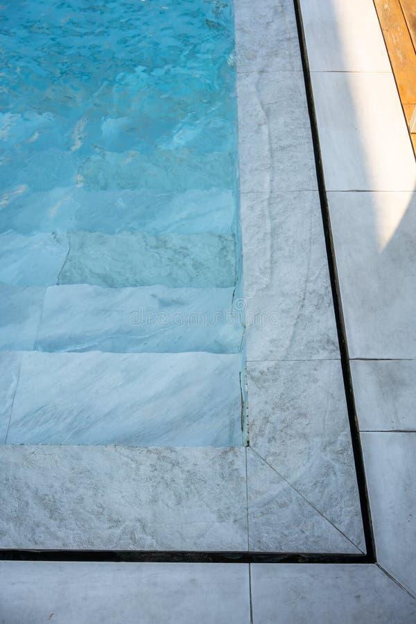 Dettaglio dei punti della piscina e sopra il sistema a acqua di flusso fotografia stock