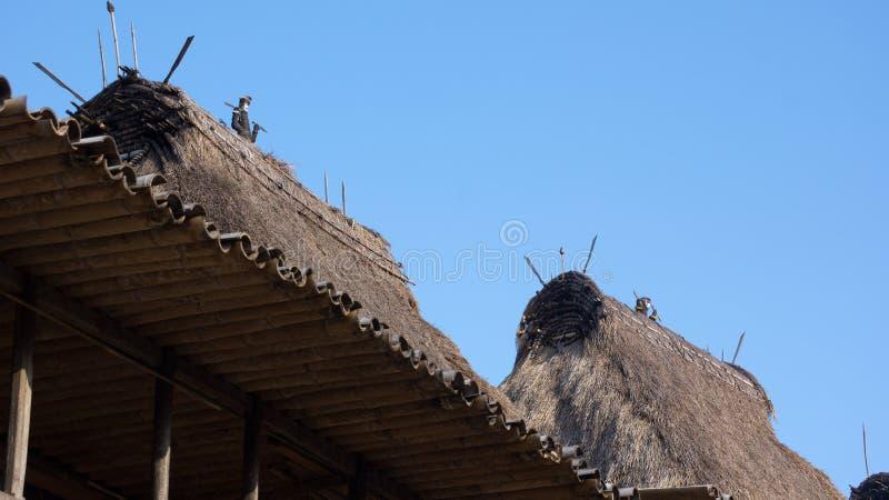 Dettaglio dei tetti dell'erba a Bena un villaggio tradizionale con le capanne dell'erba della gente di Ngada in Flores fotografia stock libera da diritti