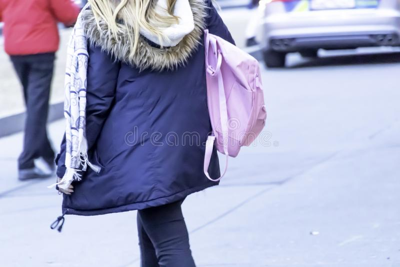 Dettaglio dei vestiti d'uso di inverno della giovane donna bionda e della borsa rosa immagine stock libera da diritti
