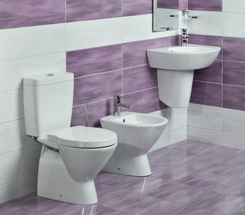 Dettaglio del bagno moderno con il lavandino, la toilette ed il bidet immagini stock