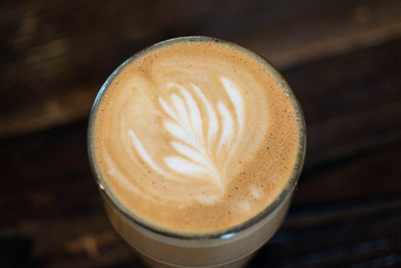 Dettaglio del caffè macchiato piano sulla tavola di legno fotografia stock