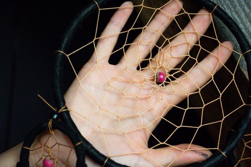Dettaglio del collettore dei sogni contro lo sfondo di una mano femminile delicata fotografie stock libere da diritti
