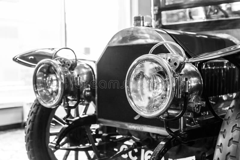 Dettaglio del faro anteriore di vecchia automobile in garage fotografia stock libera da diritti