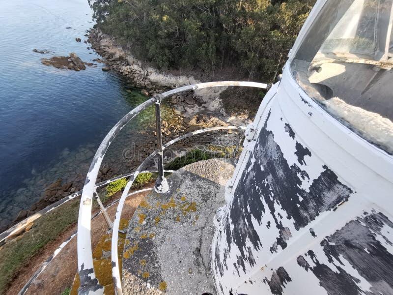 Dettaglio del faro antico che facilita la navigazione e la sicurezza marittima immagini stock