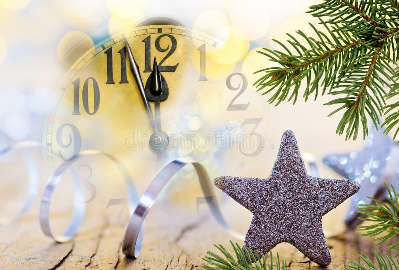 Dettaglio del fronte di orologio e del ramoscello di Natale immagini stock