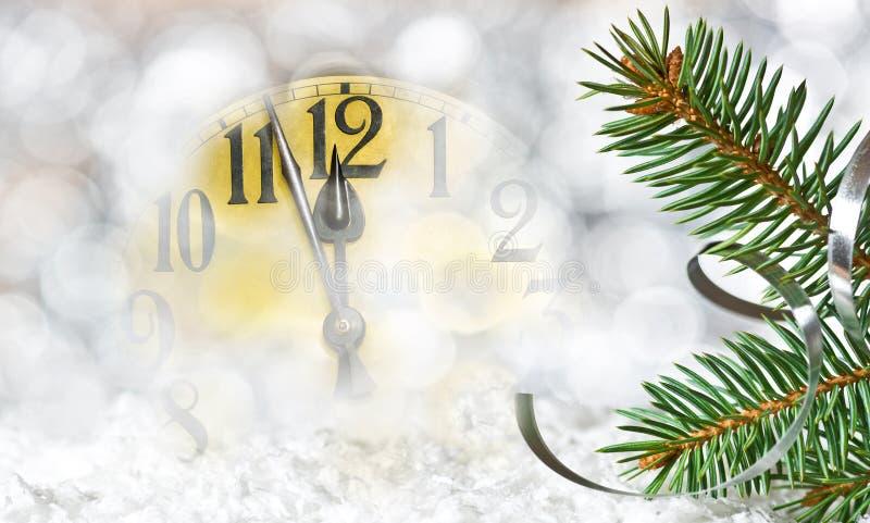 Dettaglio del fronte di orologio e del ramoscello di Natale fotografie stock libere da diritti