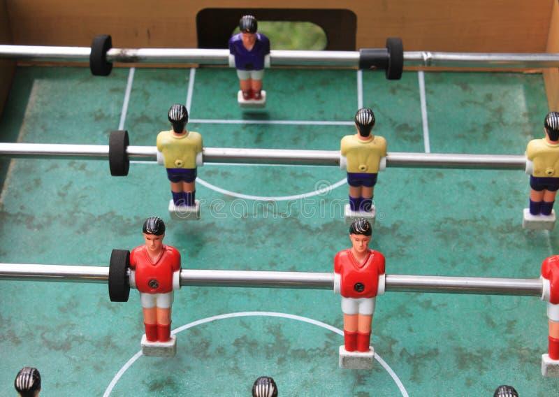 Dettaglio del gioco di calcio di calcio-balilla con i giocatori rossi e gialli immagine stock