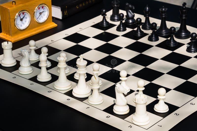 Dettaglio del libro del temporizzatore del bordo del gioco di scacchi fotografie stock libere da diritti