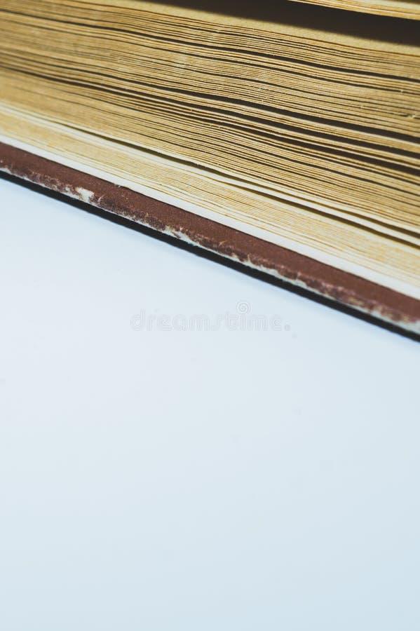 Dettaglio del libro isolato su fondo bianco linee delle pagine del libro immagini stock libere da diritti