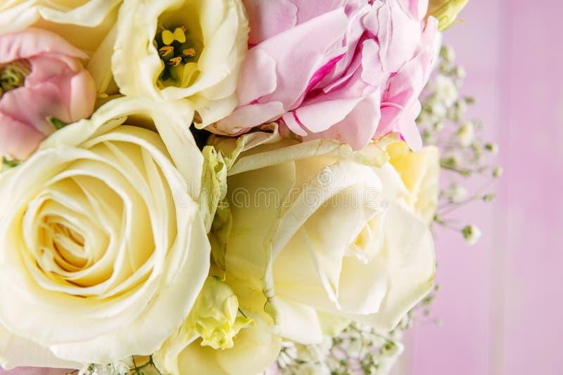 Dettaglio del mazzo di nozze sul bouqet rosa del fondo, di rosa e dell'avorio, celebrazione di festa fotografia stock libera da diritti