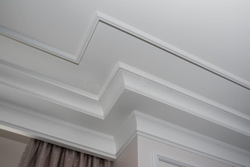 Dettaglio del modanatura di corona d'angolo complesso un dettaglio del soffitto d'angolo fotografie stock libere da diritti