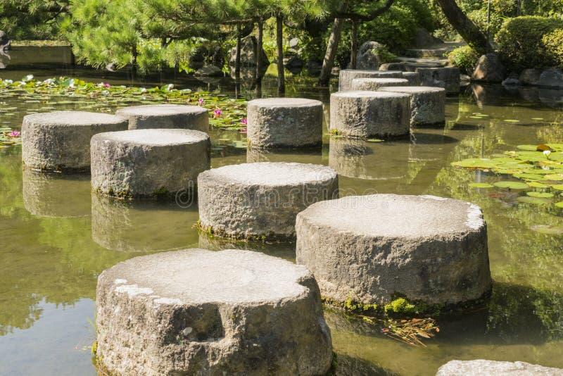 Dettaglio del percorso della pietra di zen in giardino giapponese fotografia stock