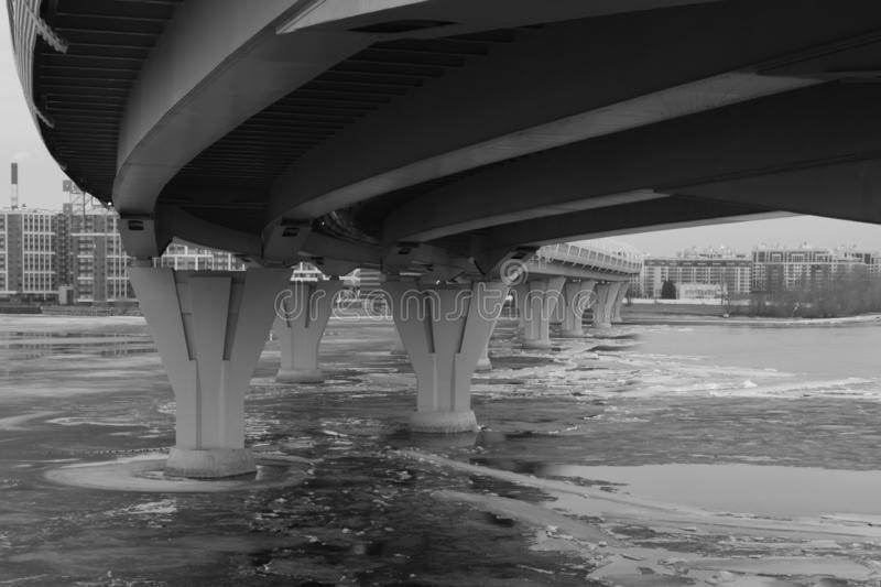Dettaglio del ponte in bianco e nero linee di architettura sottragga la priorità bassa immagine stock