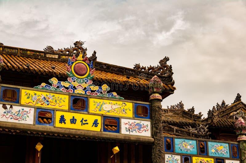 Dettaglio del portone decorato alle pagode nella tonalità, Vietnam della Città proibita fotografie stock libere da diritti