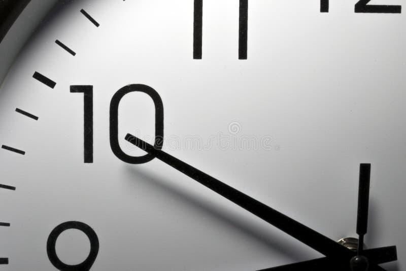 Dettaglio del primo piano delle mani di un orologio della cucina immagini stock