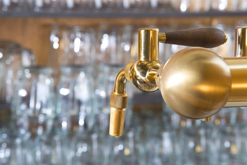 Dettaglio del rubinetto della birra con la maniglia fotografia stock libera da diritti