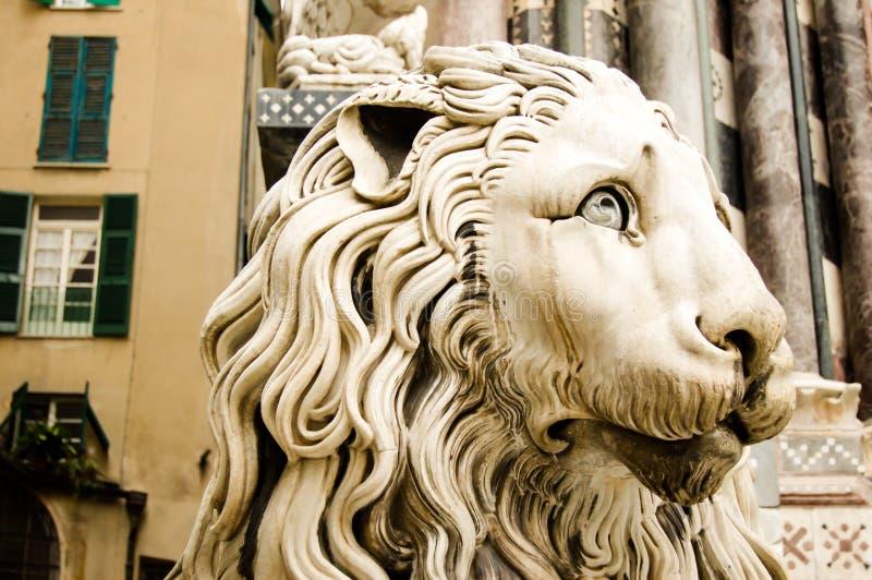 Dettaglio del ` s della cattedrale di Lawrence del san a Genova Italia: scultura di un fronte del leone immagini stock