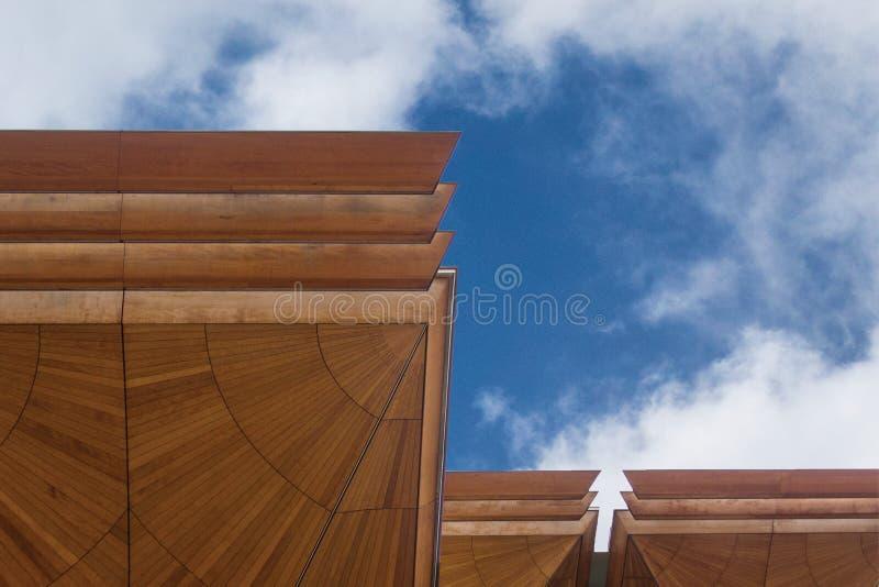 Dettaglio del tetto contro cielo blu immagini stock libere da diritti