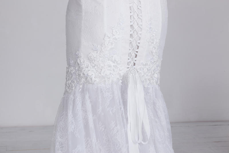 Dettaglio del vestito da sposa costoso di lusso Pizzo, nastri del raso, tessuto costoso fotografia stock libera da diritti