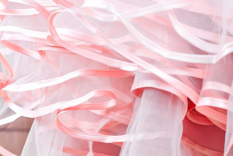 Dettaglio del vestito da sposa Gli arricciamenti rosa del vestito da sposa si chiudono su fotografia stock libera da diritti