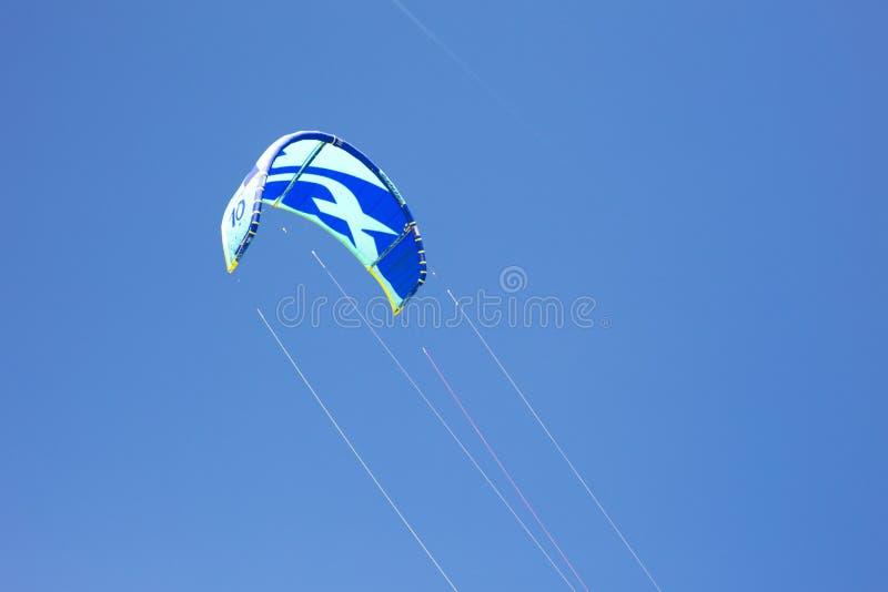 Dettaglio del volo dell'aquilone nel fondo del cielo blu fotografie stock