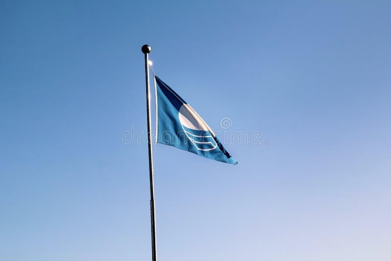 Dettaglio del volo della bandiera del premio di qualità della spiaggia della bandiera blu, che il mezzo ha raggiunto le norme spe immagine stock