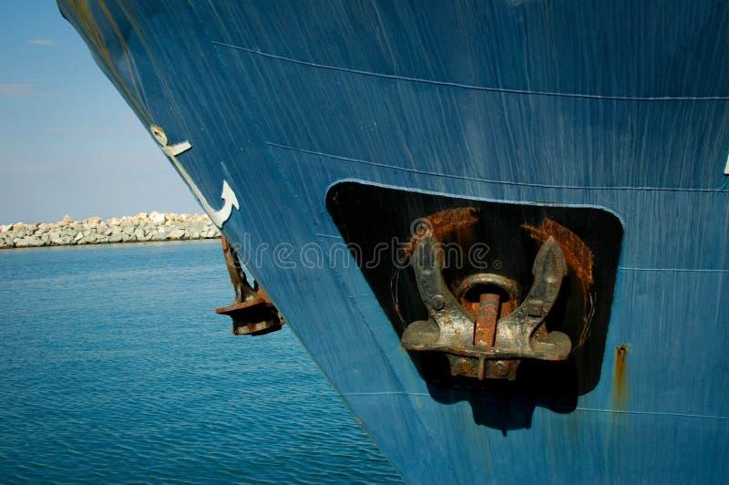 Dettaglio dell'ancora sulla grande nave blu immagini stock