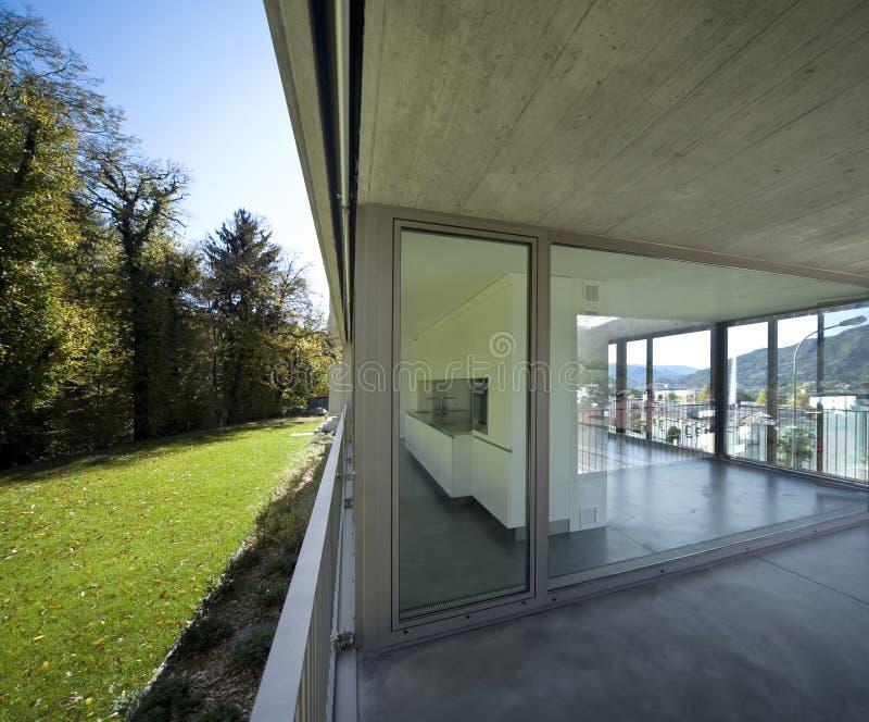 Dettaglio dell'appartamento, della finestra e del balcone moderni vuoti fotografie stock libere da diritti