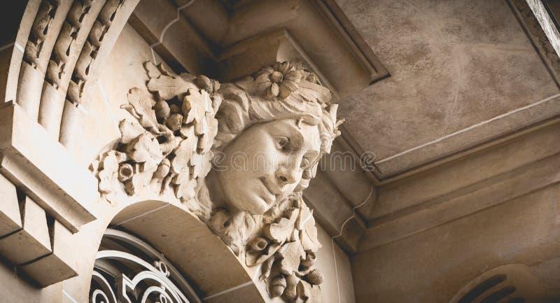 dettaglio dell'architettura di Haussmann del centro storico di Parigi fotografie stock libere da diritti
