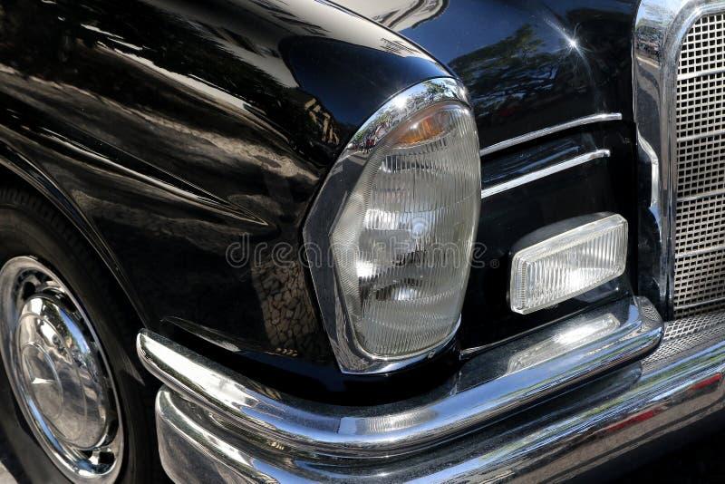 Dettaglio dell'automobile, della luce, del paraurti e della ruota neri d'annata di lusso fotografie stock