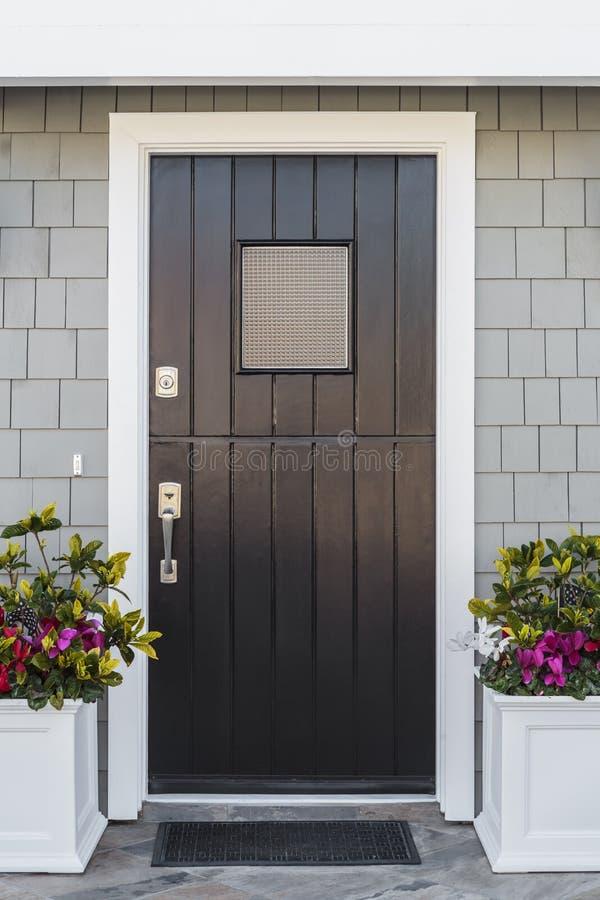 Dettaglio dell'entrata principale nera alla casa fotografia stock