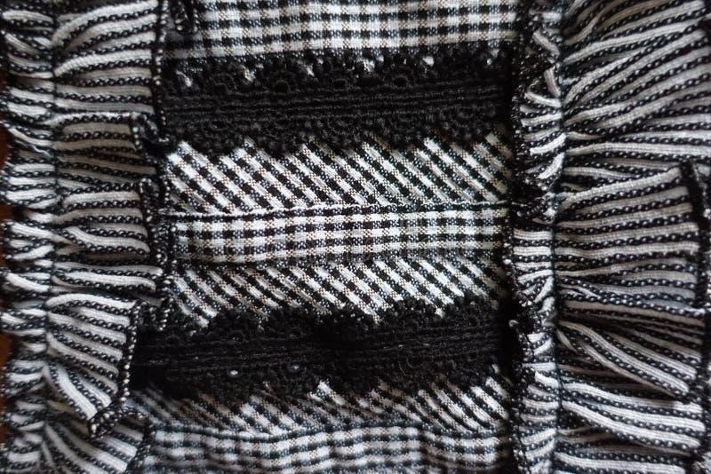 Dettaglio dell'indumento decorato con pizzo e gli arricciamenti immagine stock libera da diritti