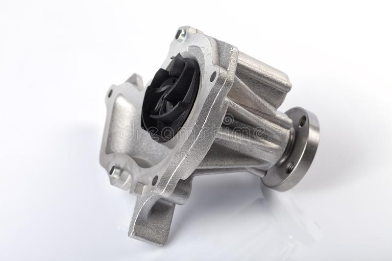 Dettaglio dell'interno della pompa idraulica del motore di un'automobile della benzina isolata fotografia stock