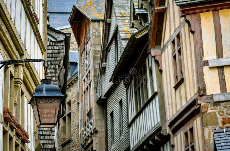 Dettaglio dell'interno delle case e della via di Mont Saint Michel, Francia fotografia stock