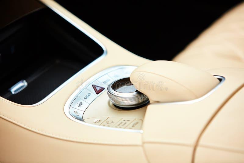 Dettaglio dell'interno moderno dell'automobile, leva del cambio immagine stock libera da diritti