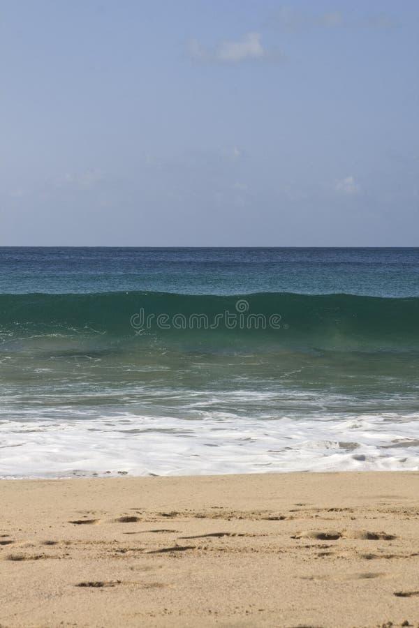 Dettaglio dell'onda che schiaccia alla spiaggia della spiaggia fotografia stock