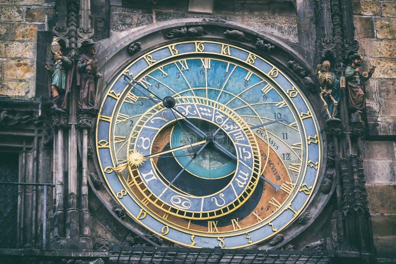Dettaglio dell'orologio astronomico nel quadrato di Città Vecchia a Praga, repubblica Ceca Immagine tonificata immagine stock