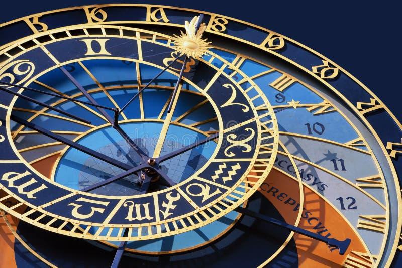 Dettaglio dell'orologio sulla torre a Praga con un oroscopo immagini stock libere da diritti
