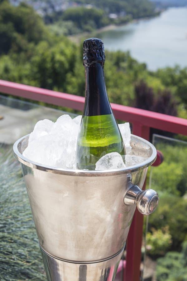 Dettaglio della bottiglia di champagne in un'aria aperta del secchiello del ghiaccio un giorno soleggiato fotografia stock