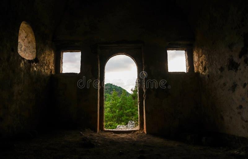 Dettaglio della cappella di Kayakoy dall'interno nel villaggio historcial di Lycian di Kayakoy, Fethiye, Mugla, Turchia Città fan fotografia stock libera da diritti