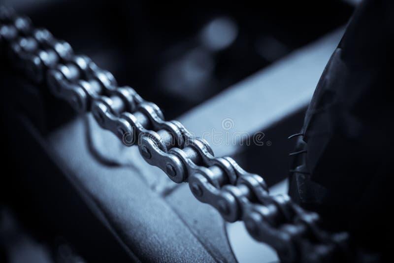 Dettaglio della catena del motociclo immagine stock