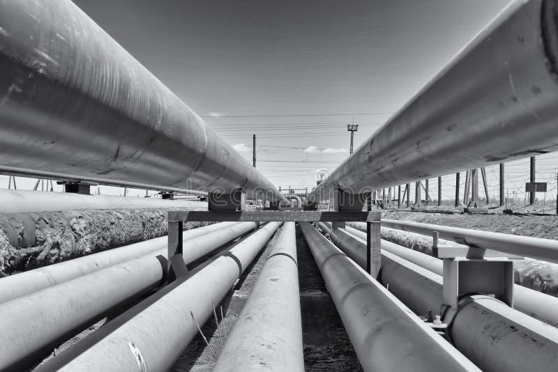 Dettaglio della conduttura leggera d'acciaio nella raffineria di petrolio fotografia stock libera da diritti