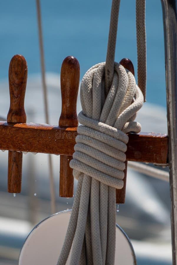 Dettaglio della corda sulle avventure di una barca a vela dell'annata immagine stock libera da diritti