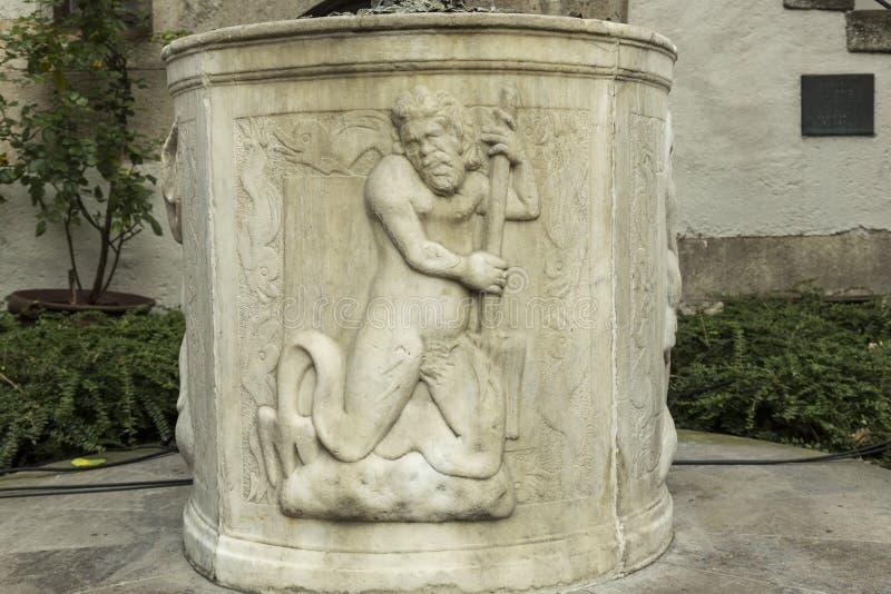 Dettaglio della decorazione del pozzo d'acqua antico immagini stock libere da diritti