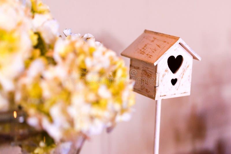 Dettaglio della doccia di bambino per la ragazza, la gabbia per uccelli ed il mazzo dei fiori immagine stock libera da diritti