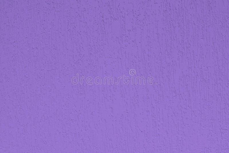 Dettaglio della facciata della casa nei toni ultravioletti, in parete intonacata, nel modo e nello stile immagini stock
