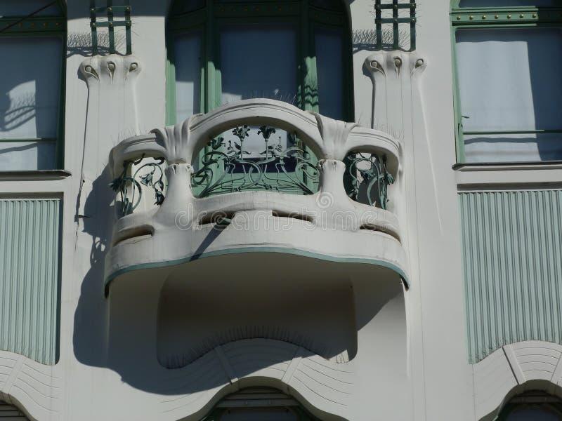 Dettaglio della facciata di stile del secessionista con il balcone e la finestra verde fotografia stock