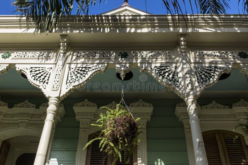 Dettaglio della facciata di una casa di legno variopinta nella vicinanza di Marigny nella città di New Orleans, Luisiana fotografia stock libera da diritti
